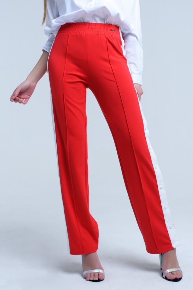 Calça vermelha com aberturas laterais e ganchos