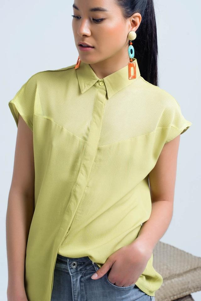 Camisa amarela com detalhe de malha