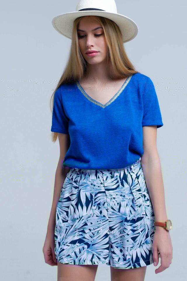 T-shirt azul com bordado no pescoço