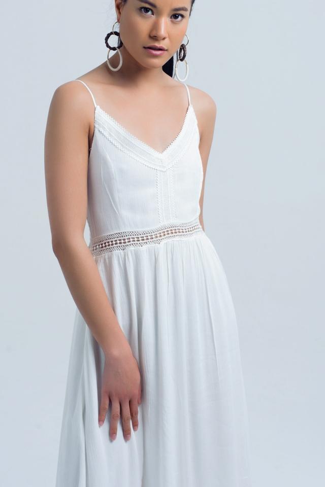 Vestido longo branco com detalhes a céu aberto na cintura