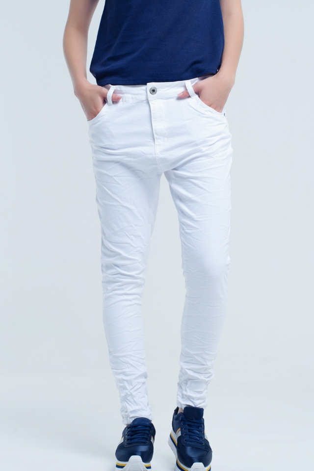 Calça jeans branca amassada com bolsos