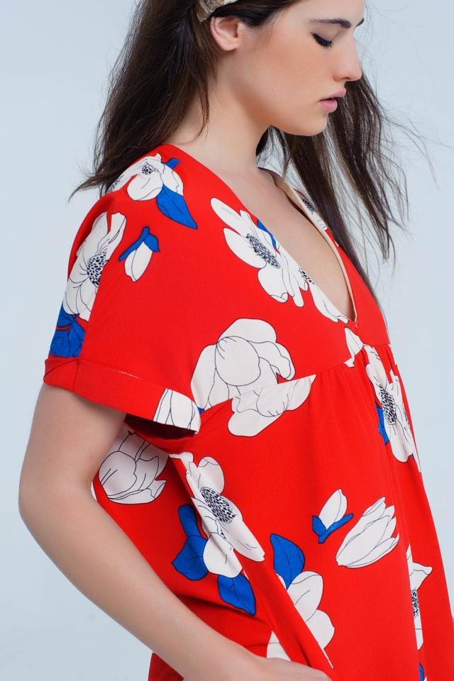 Vestido vermelho extragrande com bolsos e flores impressas