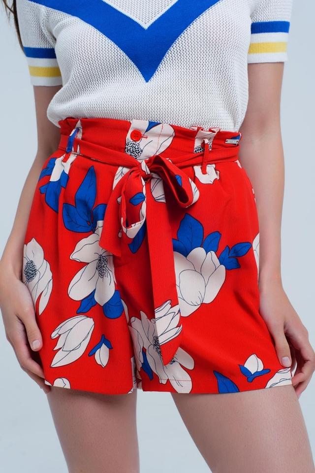 Shorts estampados florais vermelhos com cinto