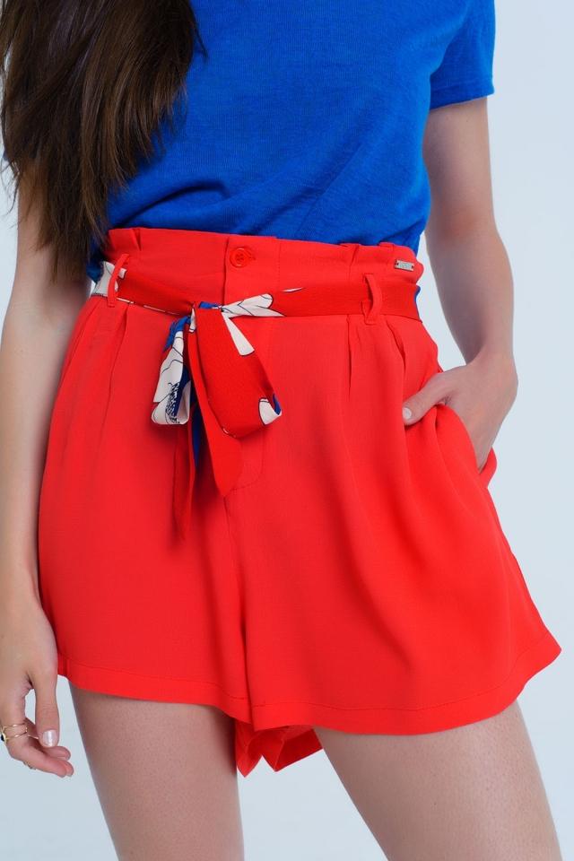 Shorts vermelhos com cinto de flores