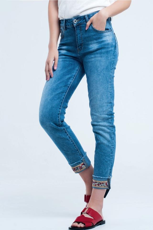 Calça jeans reta com detalhe de cristal