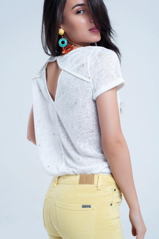 T-shirt branca com riscas de ouro estampadas