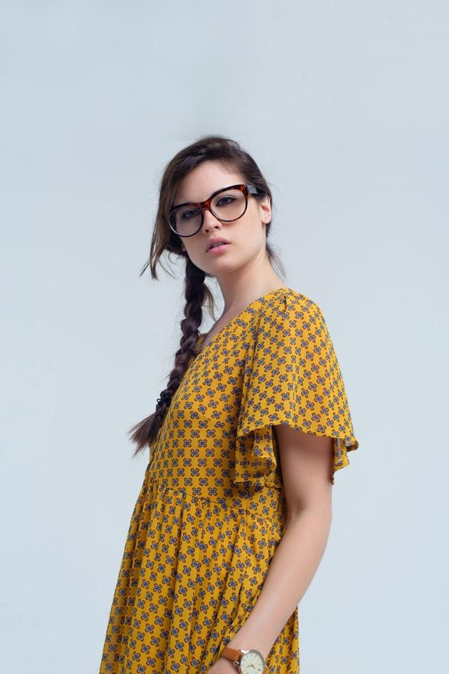 Vestido amarelo com voo e padrão geométrico