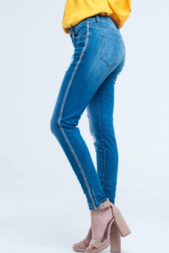 Calça jeans skinny com rasgos e glitter
