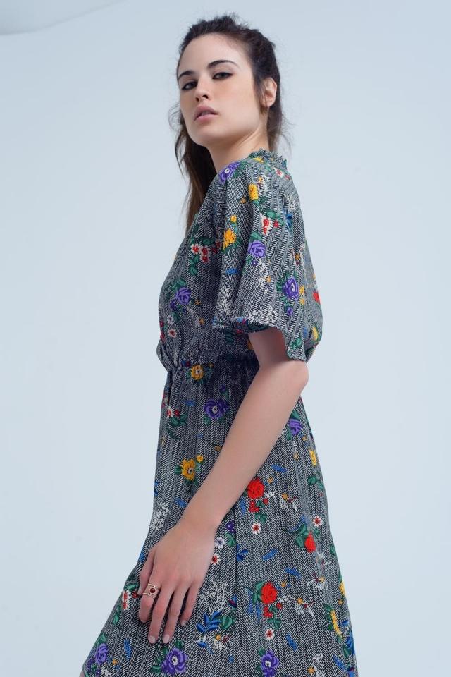 Mini vestido com abertura e flores em cores impressas