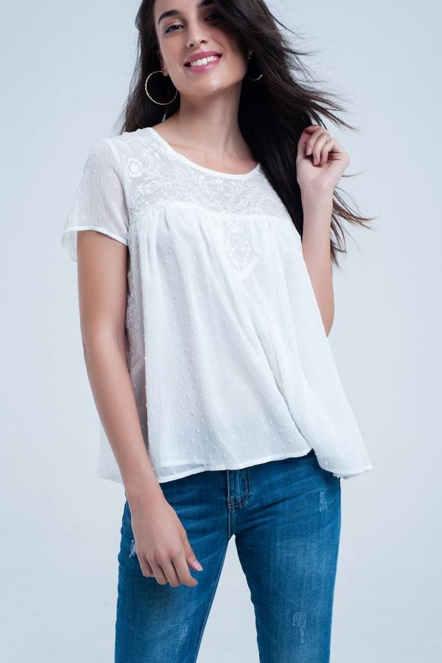 Camisa de bolinhas brancas e bordados de flores