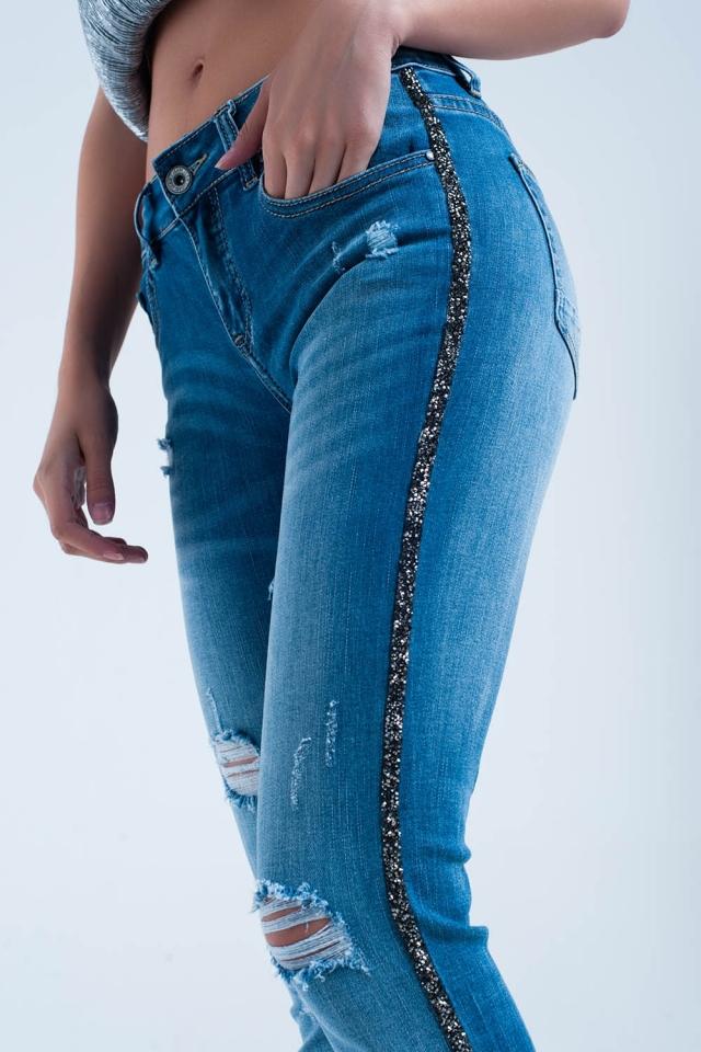 Calça jeans skinny com rasgos e detalhe lateral brilhante