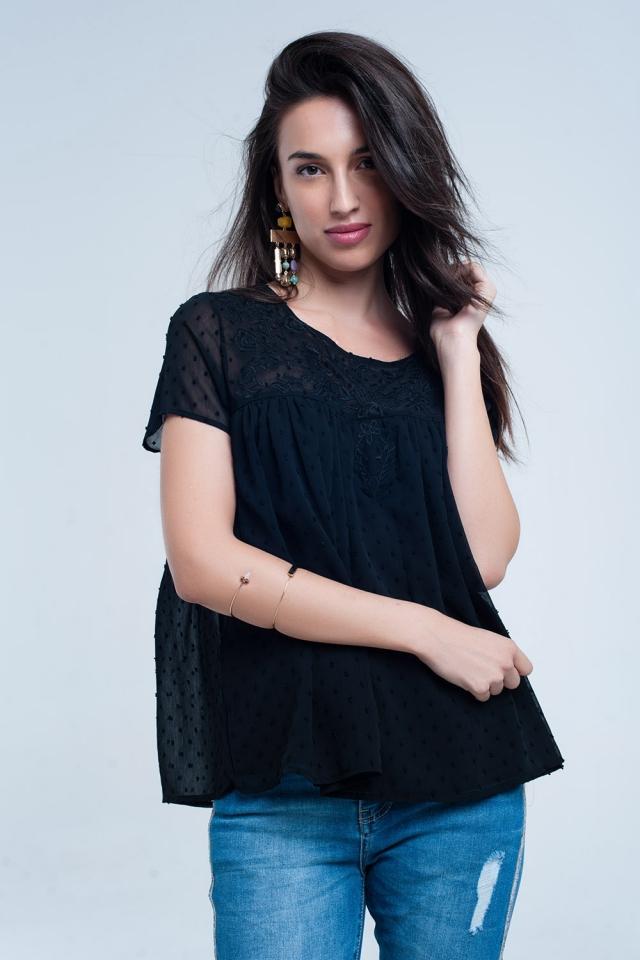 Camisa de bolinhas pretas e bordados de flores