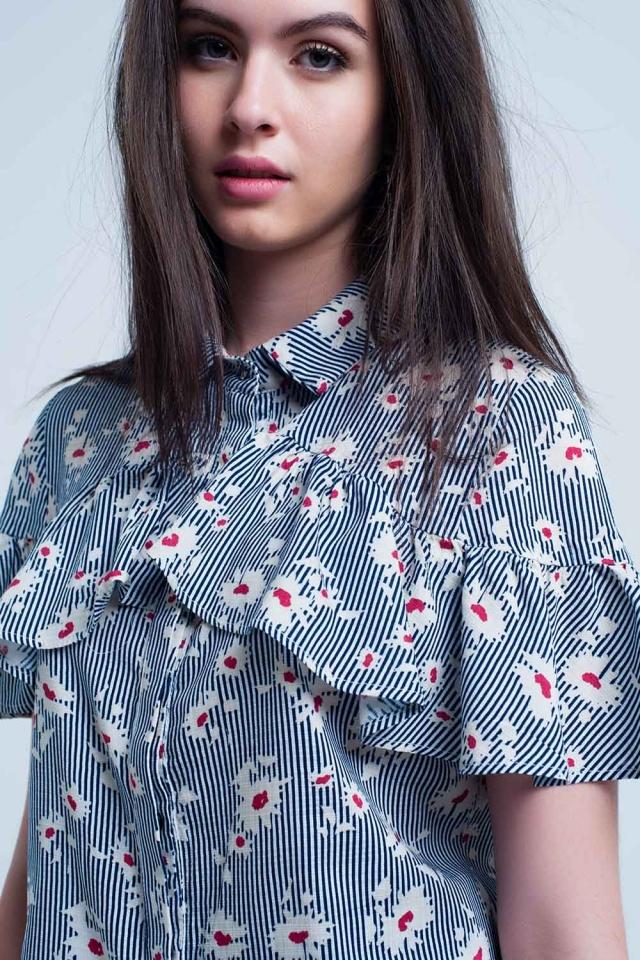 Camisa azul com motivos florais e listras