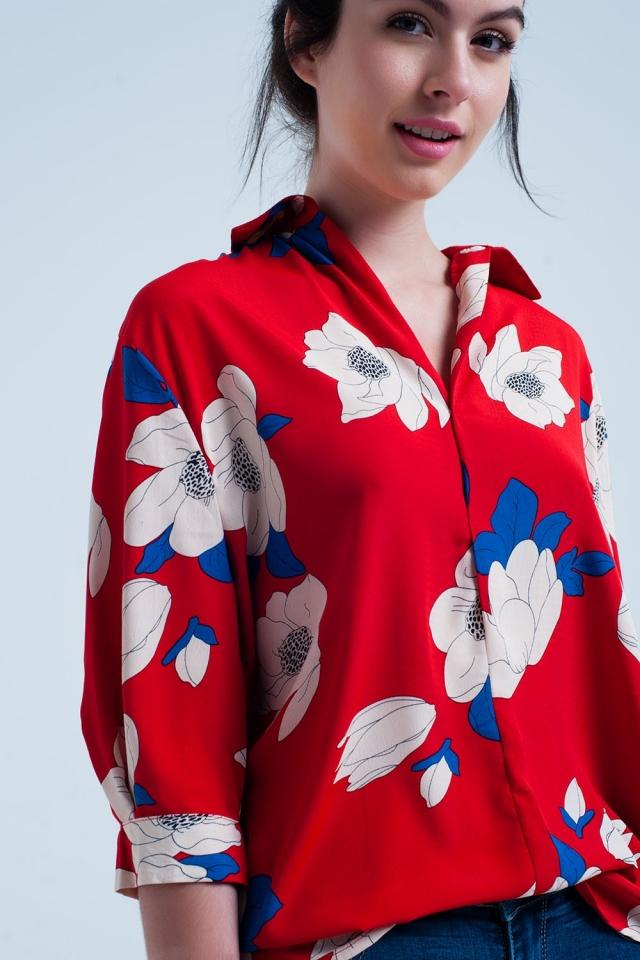 Camisa vermelha com grandes flores impressas