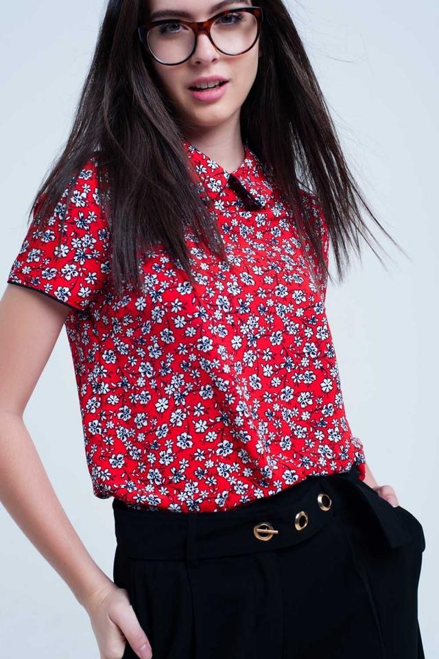Camisa vermelha com flores brancas