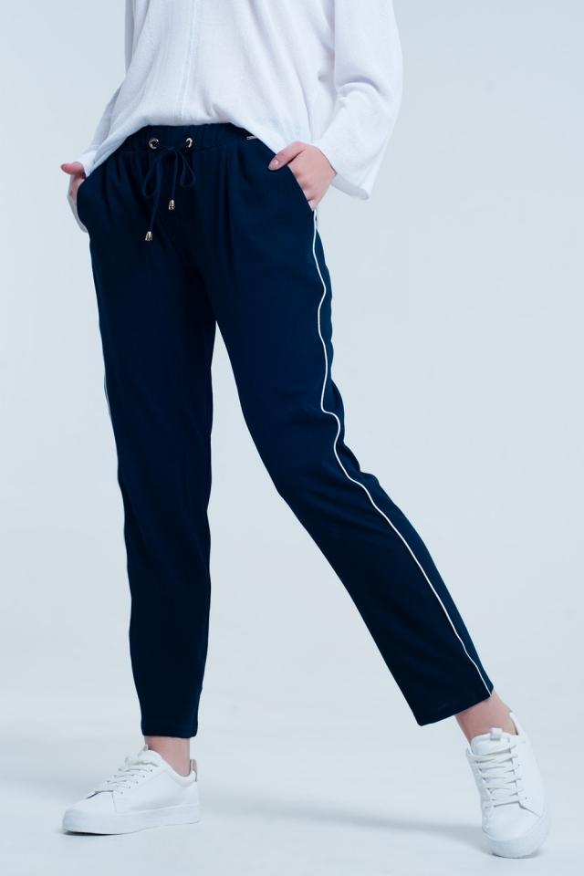 Calça azul marinho com linha branca lateral