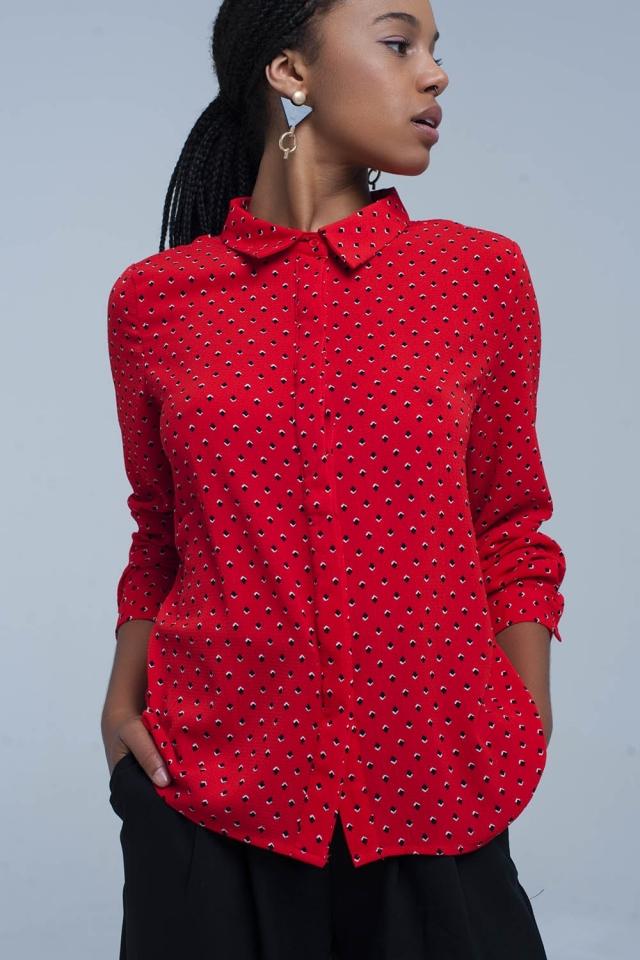 Camisa vermelha com bolinhas azuis