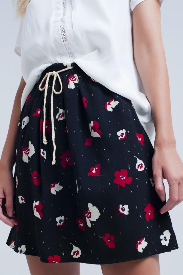 Mini saia preta com padrão floral