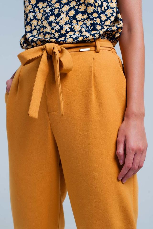 Calças mostarda de cintura altas com cinto