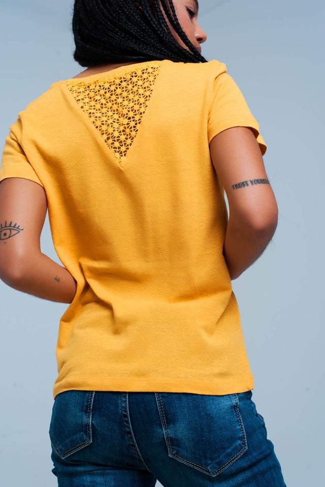 T-shirt mostarda com detalhes de crochet nas costas