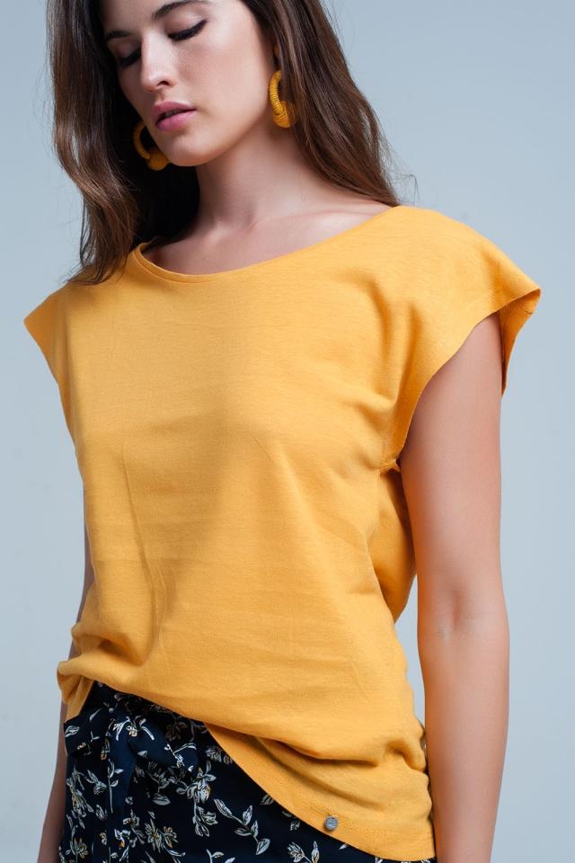 T-shirt amarela com pescoço scoop