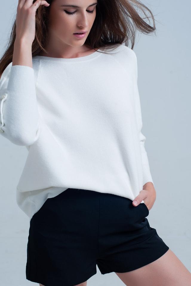 Suéter de malha branco com detalhe de pérola
