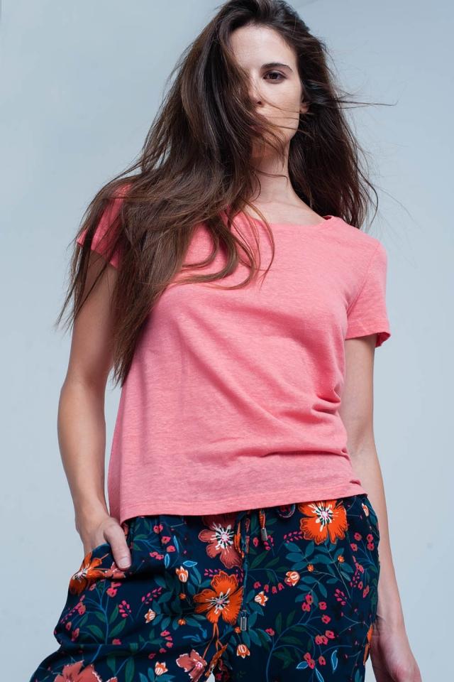 T-shirt coral com detalhes de crochet nas costas