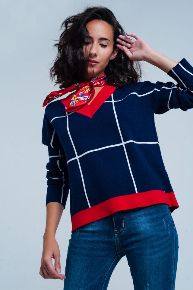 Camisola azul aos quadrados com decote em v e perfis vermelhos