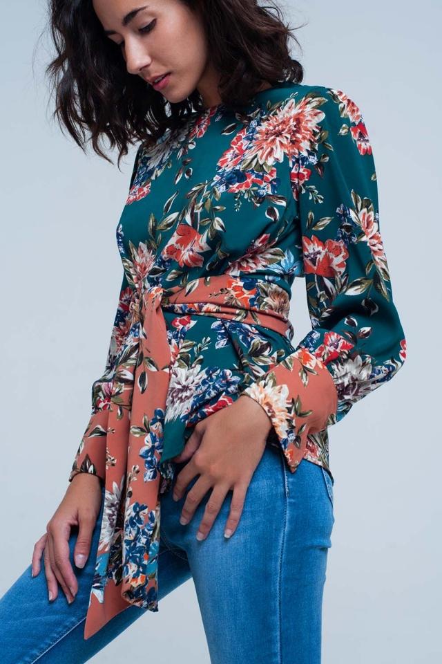 blusa com estampa floral verde e laço na frente