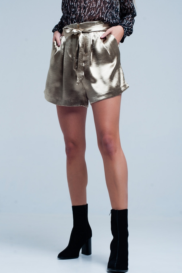 Shorts de cetim bege com laço de cintura