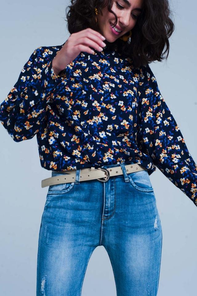 Blusa azul com estampado floral manga comprida