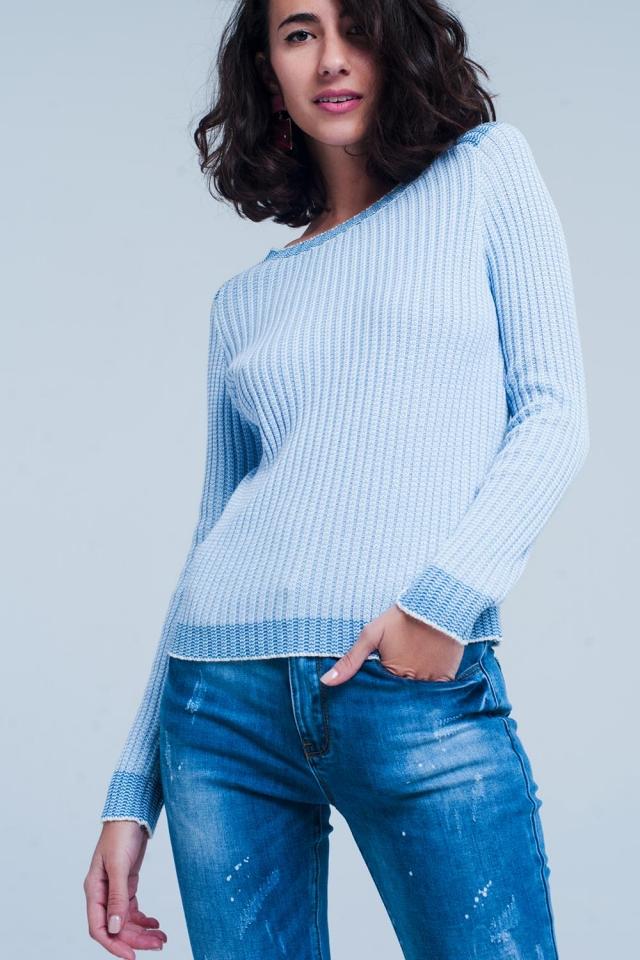 Camisola azul canelada com bordas contrastantes