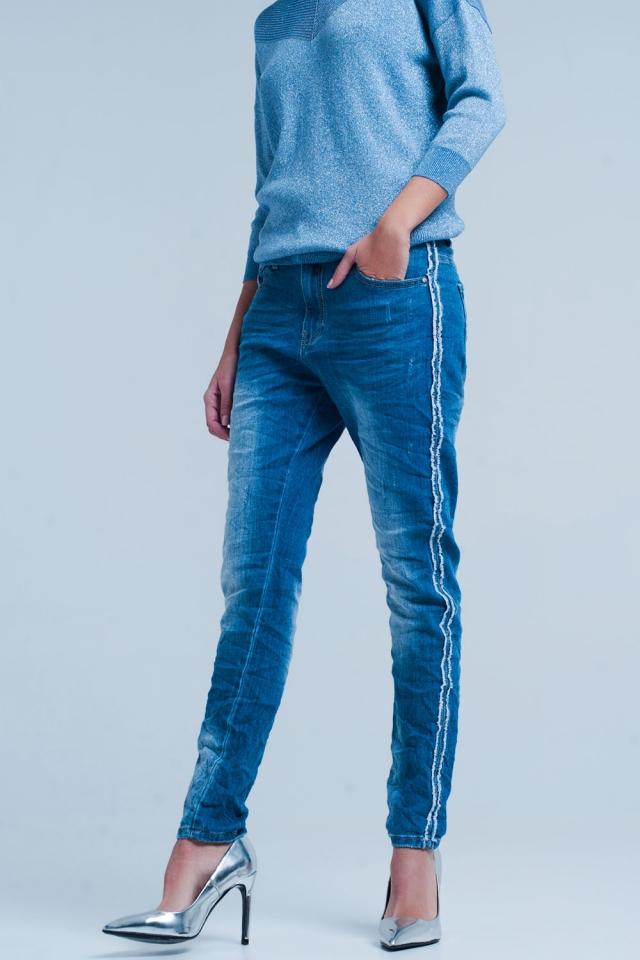 Jeans azul com listra lateral desfiada