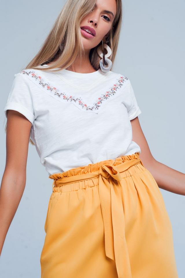 T-shirt branca com flor bordada
