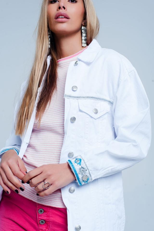 Jaqueta jeans branca com detalhe bordado na bainha