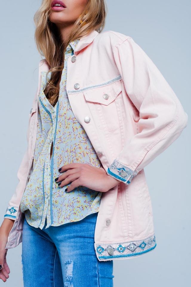 Jaqueta jeans rosa com detalhe bordado na bainha