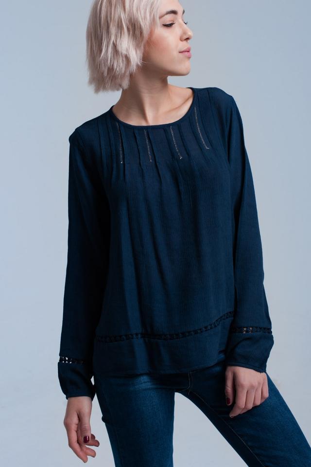Camisa plissada de marinha com detalhe de crochê
