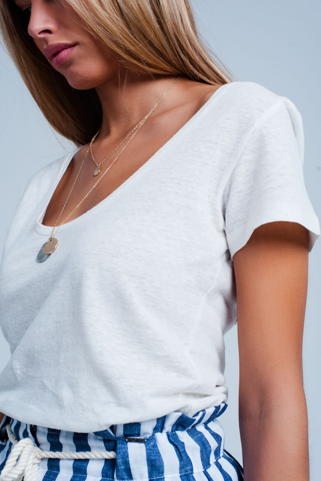 T-shirt branca com decote largo