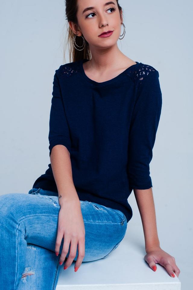 Top azul com mangas 3/4 de suave e aplicação de crochê