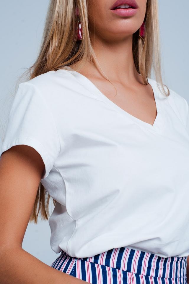 T-shirt branca com decote em v