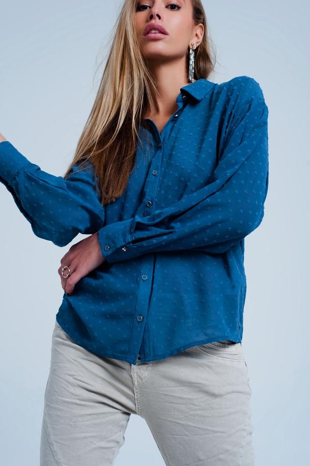 Camisa cor azul confortável e transparente com bolinhas delicadas