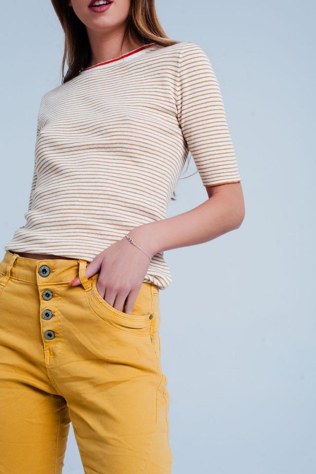 Camisola mostarda de manga curta com um design de listras Bretão