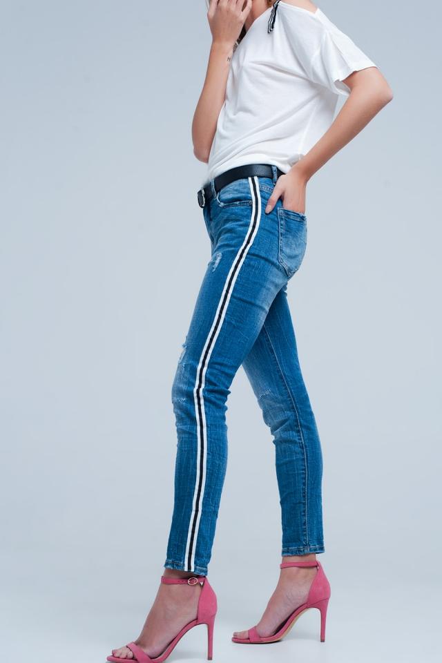 Calça de ganga elástica em azul claro com rasgos e listras laterais