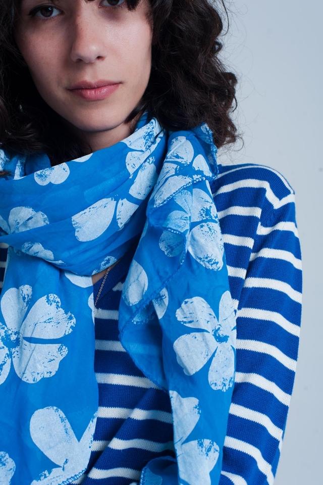 Cachecol azul com estampado de flores