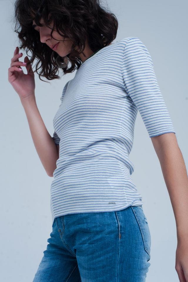 Camisola azul de manga curta com um design de listras Bretão