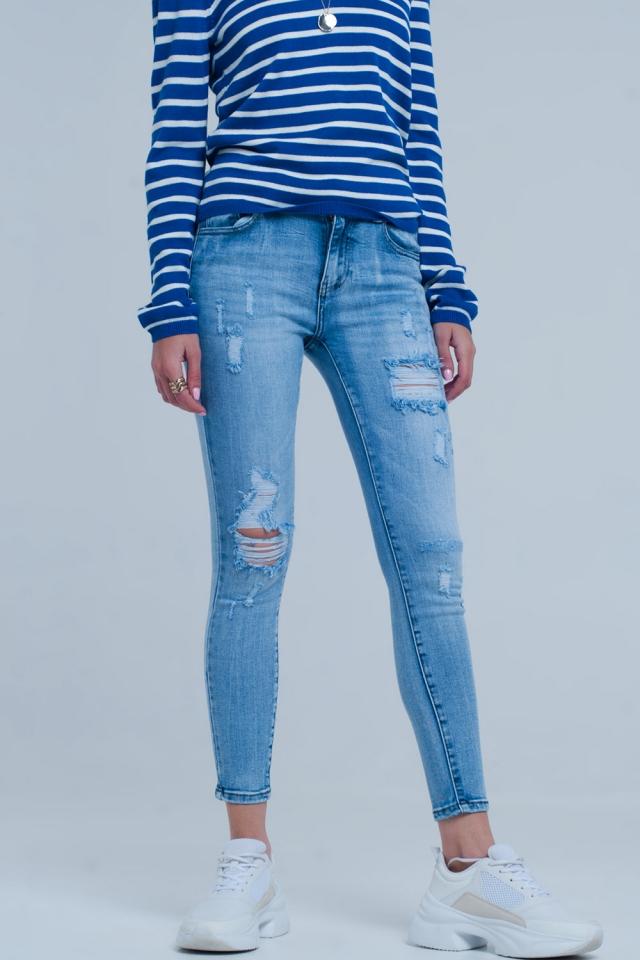 Calças de ganga de lavagem azul claro com rasgos vistosos