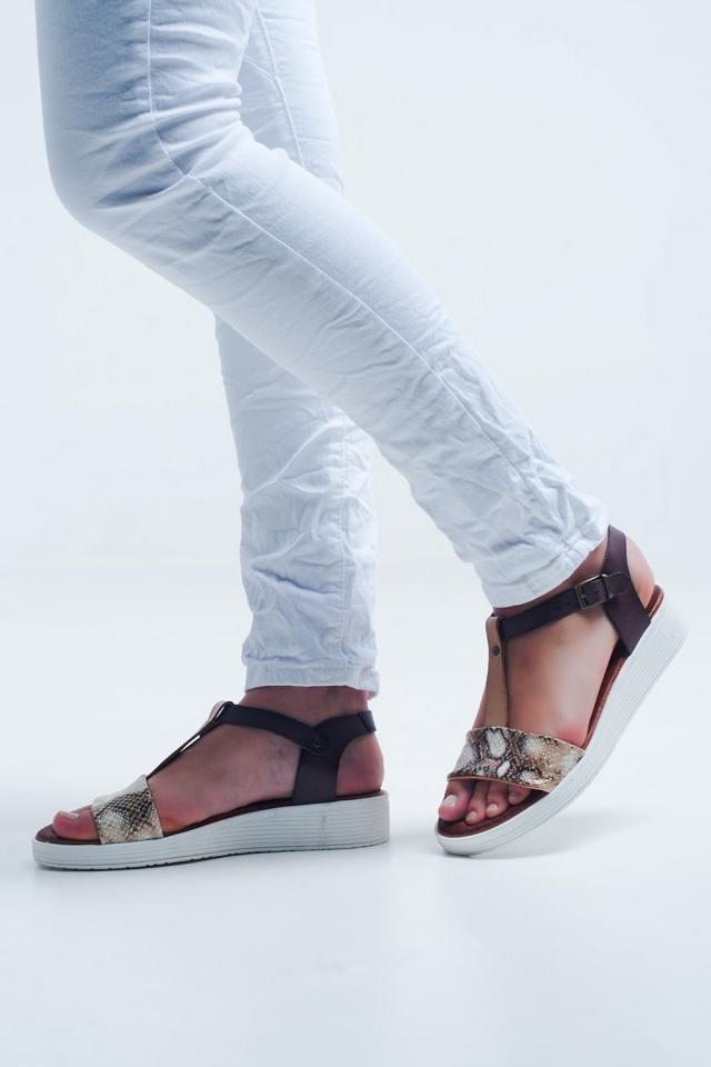 Sandália bege plana com design de cobra