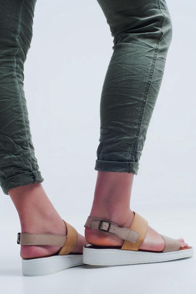 Sandália plana bege com duas correias