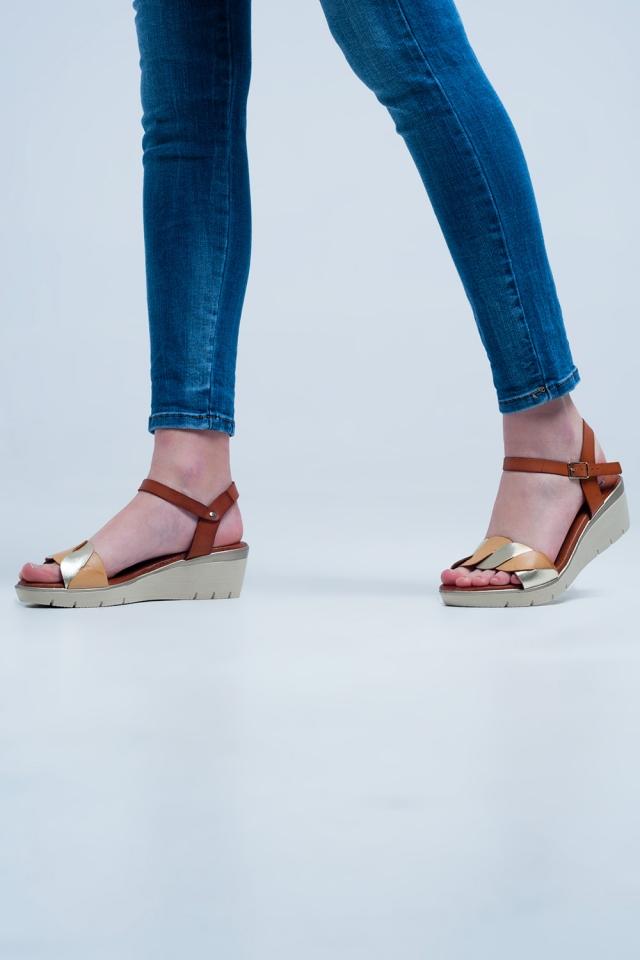 Sandálias de cunha de couro dourado