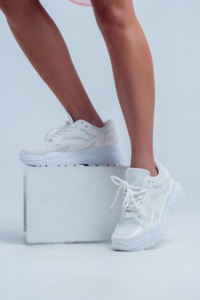 Sapatos baixos com plataforma plana em branco